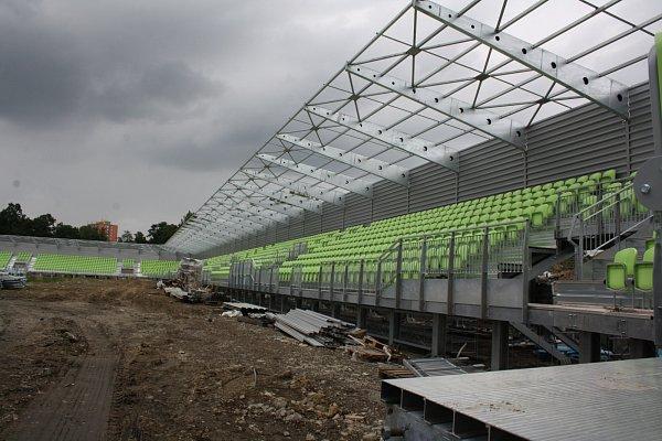 Karvinský fotbalový stadion roste před očima.
