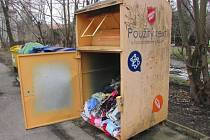 Dosud neznámí zloději vybrali v Ostravě kontejner, kam lidé nosí oblečení pro potřebné. Případ řeší policie. Březen 2021.
