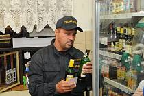 Snímek z policejní kontroly zaměřené na prodej alkoholu.