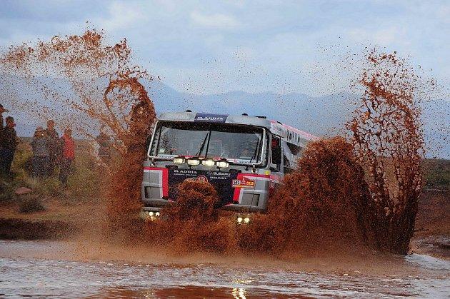 Jednička stáje Tatra Buggyra Racing Martin Kolomý se při přejezdu z La Paz do Uyuni musela popasovat i s blátivým terénem.