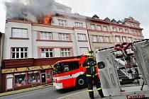Zásah hasičů při čtvrtečním požáru dvou bytů v Ostravě-Vítkovicích.