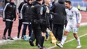Utkání 21. kola první fotbalové ligy: Baník Ostrava - Dukla Praha, 17. března 2018 v Ostravě. Milan Baroš se rozčiluje na čárového rozhodčího.