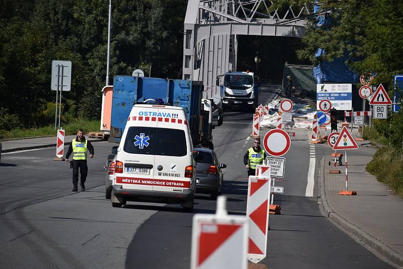 Po obou stranách mostu, který prochází rozsáhlou rekonstrukcí, v nepravidelných intervalech hlídkují policisté. Stále se totiž najdou řidiči, kteří zákaz vjezdu na most nerespektují.