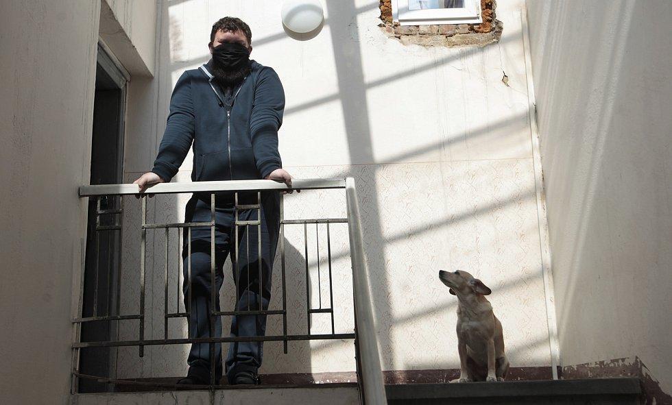 Ondřej Hložek, básník z Opavy ve svém domě se svým psem, 16.dubna 2020.