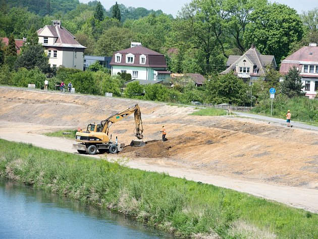 Práce u Ostravice. Povodí Odry provádí nákladnou rekonstrukci spočívající v opravě zídky i ochranné hráze na pravém břehu řeky.