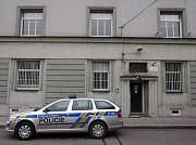 Akce zásahovky, policejních pyrotechniků a kriminálky v domě v ostravské Jugoslávské ulici, kde měl mladý muž v bytě zbraně a munici.