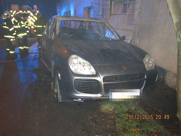 Požár Porsche vOstravě-Kunčičkách.
