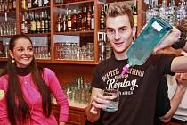 Barman z Radima Řezníka asi nebude. Přesto ostravský obránce během otevírání koktejlového baru v Porubě i Miss Baník Mirce Dunové ukázal, že mu to spíše jde za pivní pípou.