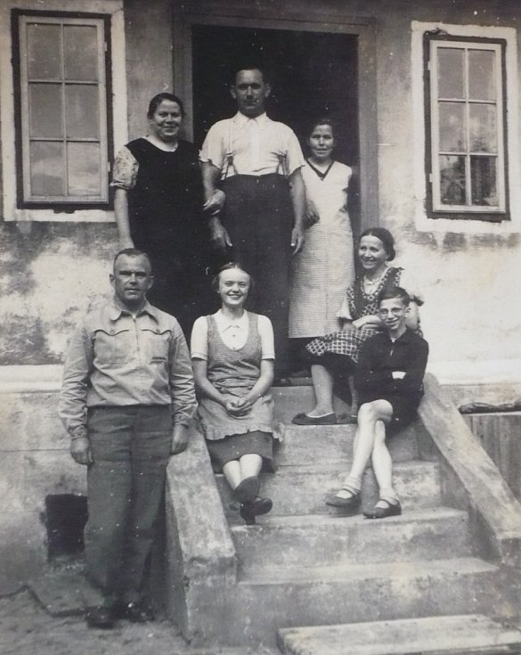 Helena Steblová (sedící vlevo na schodech) nad ní otec, po jeho pravici maminka, v roce 1938.