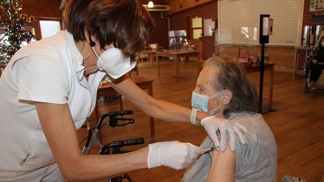 Očkování seniorů. Ilustrační snímek.