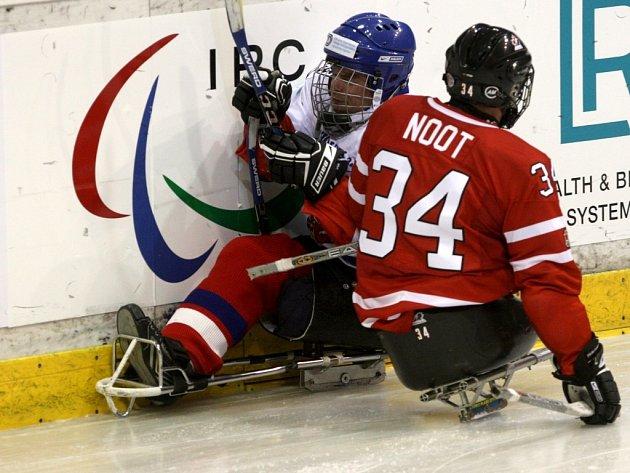 Po ostrých soubojích úvodní části sledgehokejového mistrovství světa všichni účastníci uvítali volný den.