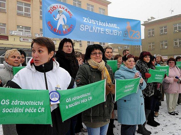 Před Domem kultury Akord v Ostravě-Zábřehu se v úterý sešli lékaři, sestry a zdravotnický personál z nemocnic z Ostravska. Bojí se, že plnění závazků, které v únoru slíbil i ministr zdravotnictví Leoš Heger, je ohroženo.