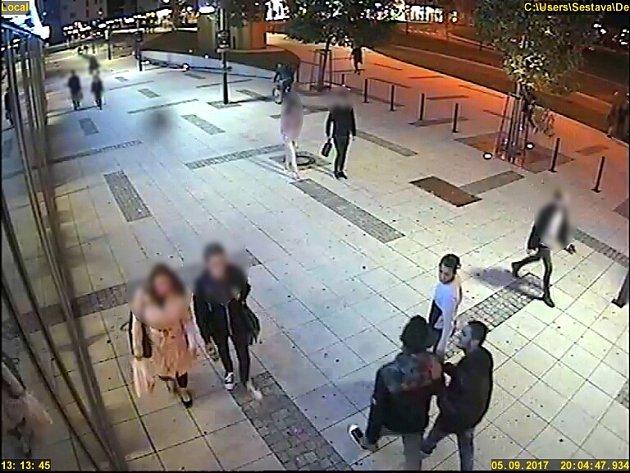 Poznáte mladíky na snímku z bezpečnostní kamery?