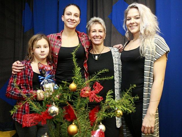 Plavkyně Závadové by mohly v bazénu vytvořit rodinnou štafetu – zleva devítiletá Petra, dvaadvacetiletá Barbora, maminka Petra a osmnáctiletá Tereza.