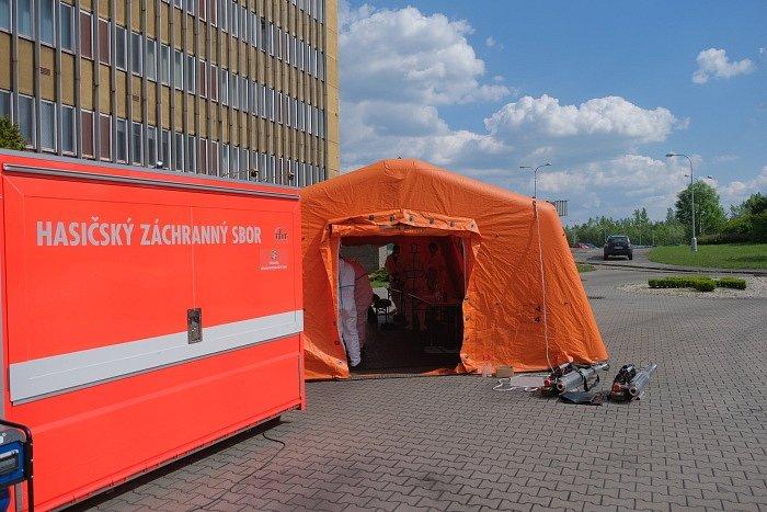 Třídenní dekontaminaci vybraných částí Dolu Darkov ukončily úspěšně ve středu večer dvě desítky profesionálních hasičů.
