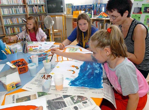 Tvůrčí dílnu pro děti, které tráví první srpnový týden ve městě, připravila pobočka Knihovny města Ostravy na ulici L. Podéště v Porubě