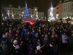 Česko zpívá koledy. Atmosféra na Masarykově náměstí v centru Ostravy.