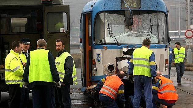 Nehoda tramvaje s nákladním autem mezi tramvajovými zastávkami Důl Hlubina a Doktora Malého v Ostravě.