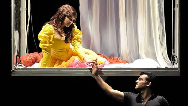 JANA ŠREJMA KAČÍRKOVÁ v opeře Romeo a Julie. Na snímku s ní Luciano Mastro.