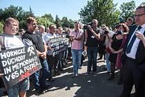 Výjezdní zasedání vlády v Ostravě se konalo ve středu 22. července 2015. Před příjezdem politiků protestovalo před budovou krajského úřadu pět desítek horníků s transparenty.