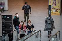Lidé s respirátory. Ilustrační foto.