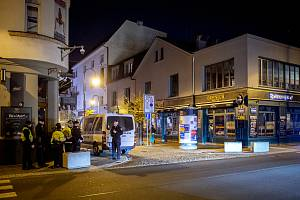 Prázdná Stodolní ulice 13. března 2020 v Ostravě. Policejní kontroly. Vláda ČR vyhlásila dne 12. března 2020 stav nouze a rozhodla, že všechny restaurace a hospody budou kvůli koronavirovým opatřením uzavřeny ve 20:00.