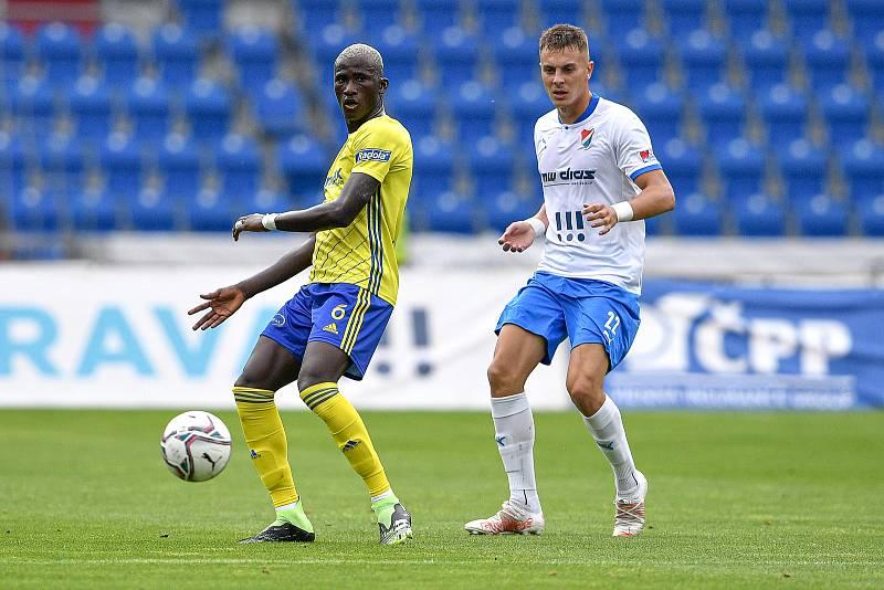 Utkání 2. kola první fotbalové ligy: Baník Ostrava - Fastav Zlín, 1. srpna 2021 v Ostravě. (zleva) Cheick Oumar Conde ze Zlína a Filip Kaloč z Ostravy.