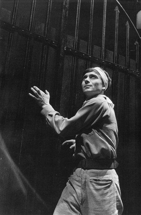 Ladislav Mrkvička jako Loupežník v inscenaci Divadla Petra Bezruče Loupežník (premiéra 3. září 1965).