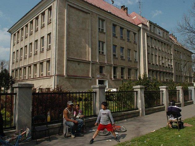 PIKNIK PŘED ŠKOLOU. Honosná budova Střední školy obchodní patří k nejzajímavějším i nejzachovalejším objektům na Palackého ulici, kterou obývají především Romové.