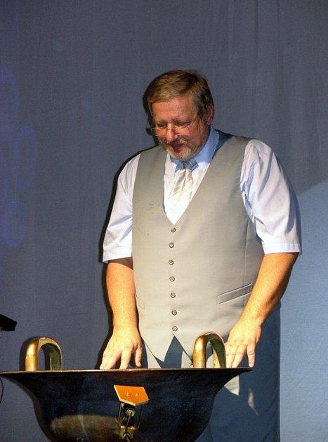 Tomáš Pfeiffer hraje na vodnářský zvon