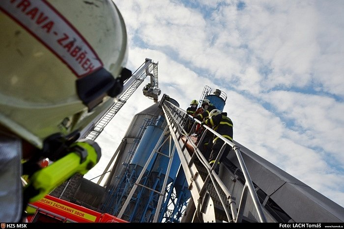 Tři jednotky profesionálních hasičů (HZS MSK) se zapojily v pondělí 21. prosince do záchrany muže, který z dosud neupřesněné příčiny skončil zabořený v písku uvnitř vysokého sila firma v Ostravě-Hrabové, a to až po ramena.