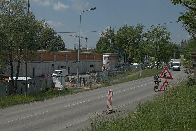 Stavba prodejny Lidl vulici Nad Porubkou vOstravě-Porubě, vmístě bývalého areálu Bytostav, si vyžádala dopravní omezení. Takto situace na místě vypadala 8.června 2021.