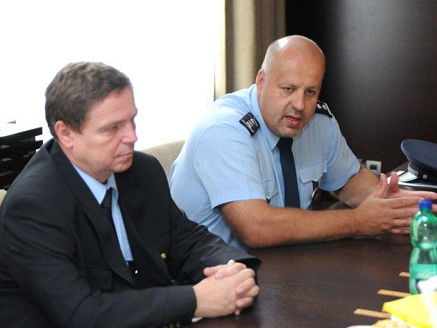 Jak uvedl zástupce ředitele severomoravské policie Petr Lessy (vpravo), do opatření má být nasazeno na 500 policistů. Pomoci jim má tři sta strážníků, kteří podle ředitele ostravské městské policie Jiří Veselého (vlevo) dohlídnou na pořádek ve městě.