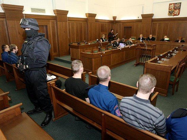 Soud se čtveřicí vítkovských žhářů probíhá u Krajského soudu v Ostravě za mimořádných bezpečnostních opatření.