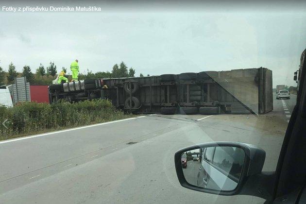 Převrácený kamion na D1 uOstravy.