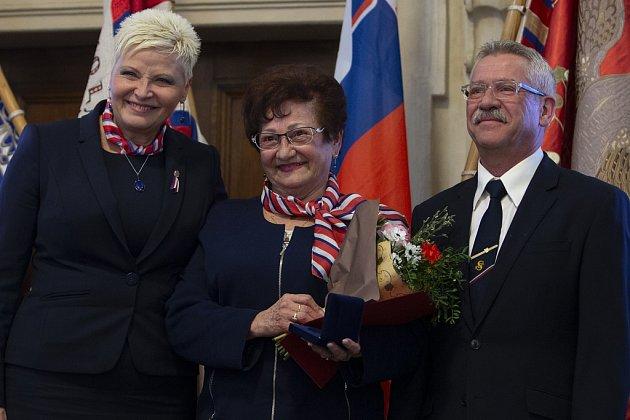 Adolfína Tačová, na snímku uprostřed.