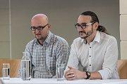 Debaty o fake news pořádá Česká televize po celé republice ve spolupráci s českými univerzitami. Jedna byla i v Ostravě, kde zaujali svými názory Petr Zavadil (vlevo) a Jakub Szántó.