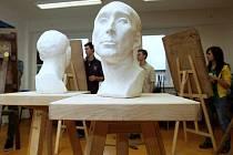 Kresba zátiší, hlavy a modelování z hlíny. Tyto tři úkoly museli v pondělí v rámci talentových zkoušek absolvovat všichni ti, kdo by rádi studovali jeden z uměleckých oborů na soukromé Střední škole umělecké Ave Art v Hrabůvce.
