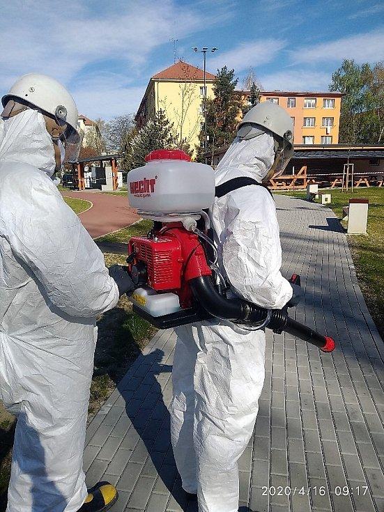 Dobráci neboli dobrovolní hasiči většinou pomáhají přímo vterénu – rozvážejí jídlo a léky seniorům, šijí a rozdělují roušky, dezinfikují obce.
