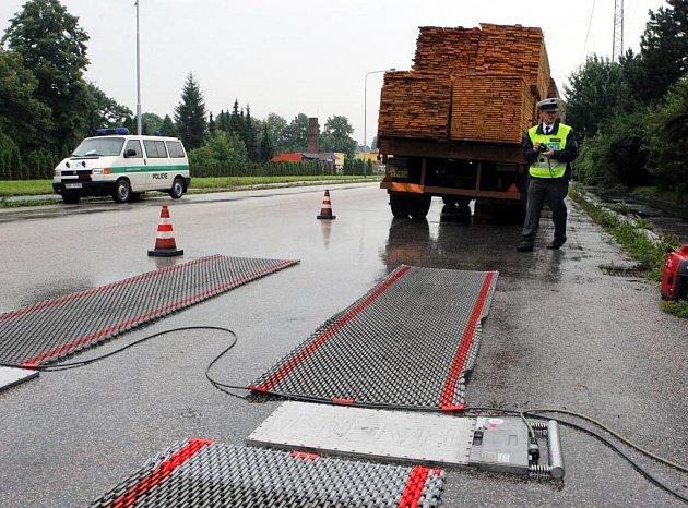 Policisté kontrolovali váhu nákladních vozů