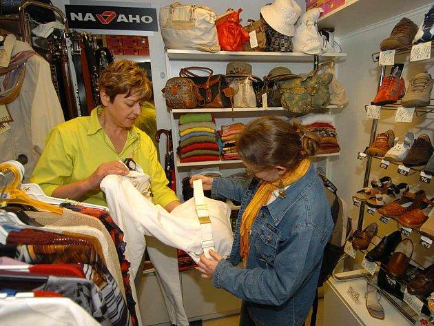 V obchůdcích na Hlavním nádraží v Ostravě nabízejí prodejci i oděv a boty.