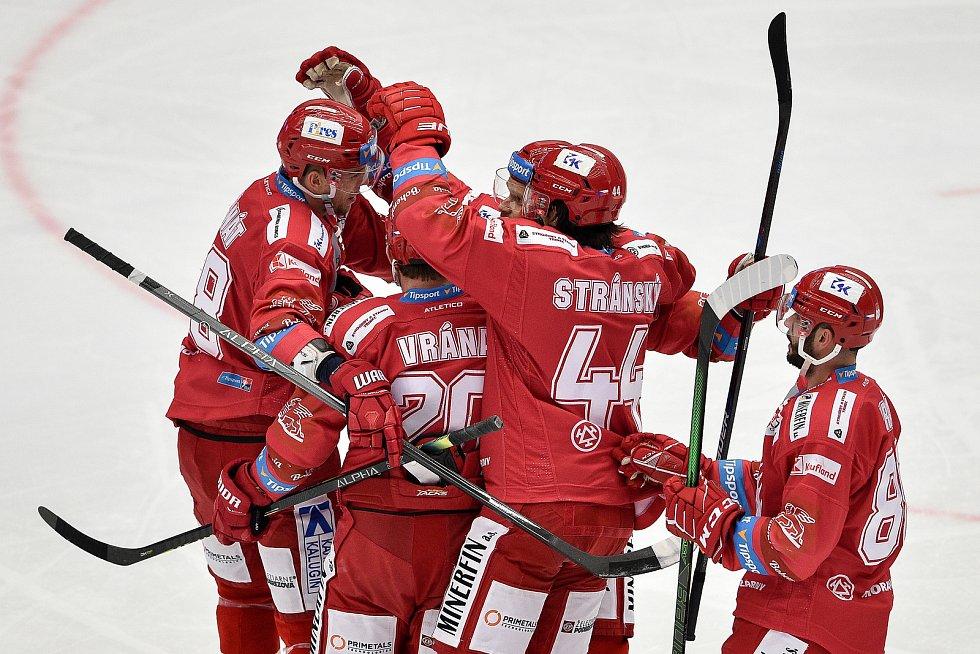 Utkání 3. kola hokejové extraligy: HC Oceláři Třinec - HC Vítkovice Ridera, 15. prosince 2020 v Třinci. Tým Třince se raduje z gólu.