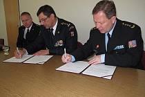 Dohodu podepsali ředitel věznice v Ostravě-Heřmanicích Petr Kadlec (vpravo) a ředitel krajských hasičů Zdeněk Nytra. Vlevo je zástupce ředitele krajských hasičů Vladimír Vlček.
