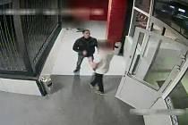Poznáte muže na záznamu z bezpečnostní kamery?