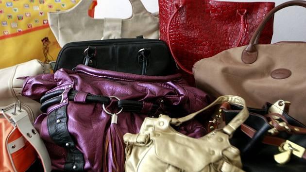 První kabelky, které se sešly v ostravské redakci.