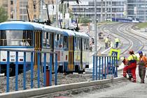 Stavba tramvajové zastávky u Karoliny.