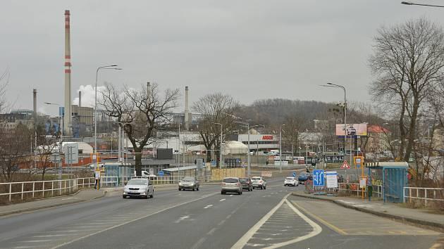 Hlučínská ulice. Vpravo se buduje nový silniční odbočující Pruh do ulice Slovenské. Březen 2021.