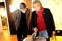 Návštěvníci výstavy v Ostravském muzeu si mohou prolistovat věrnou kopii rukopisu Elišky Rejčky.