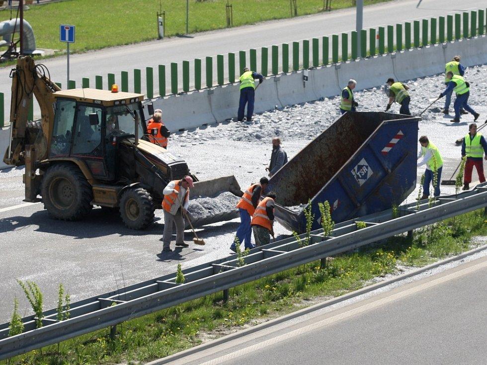 Na dálnici D 47 havaroval v úterý 21. dubna kamion. Nehoda se stala v Ostravě pod Svinovskými mosty. Při havárii se rozsypaly převážené kontejnery.