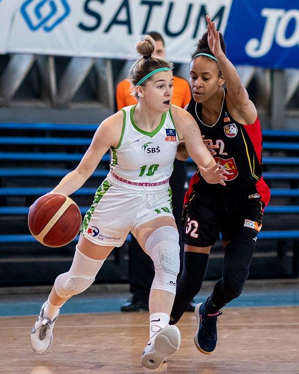Utkání 12. kola Ženské basketbalové ligy: SBŠ Ostrava - Sokol Hradec Králové, 3. ledna 2021 v Ostravě. Natálie Rašková z Ostravy a Pamela-Therese Effangová z Hradce Králové.